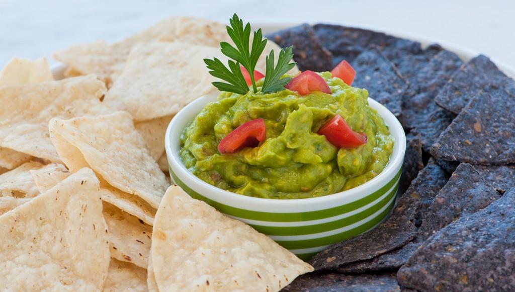 fresh-guacamole-with-tortilla-chips
