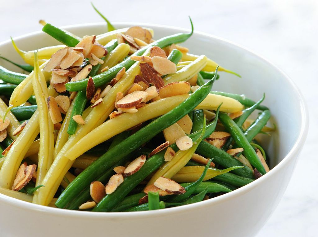 green-and-yellow-beans-with-tossed-almonds