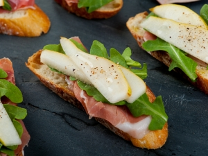 arugula-pear-and-prosciutto-bruschetta