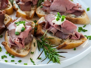 crostini-topped-with-roast-beef-horseradish-and-fresh-chives