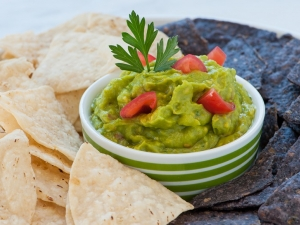 fresh-guacamole-with-tortilla-chips