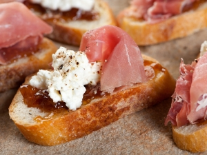ricotta-fig-and-prosciutoo-bruschetta